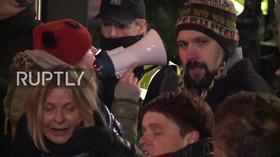 Stovky demonstrantů zablokovaly východy z polského parlamentu
