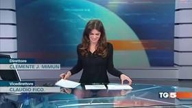 Televizní moderátorka zapomněla, že sedí u průhledného stolu. A ukázala vše