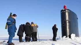 Ponorka se vynoří uprostřed ledové kry zamrzlé Arktidy