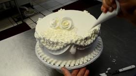 Jak probíhá zdobení svatebního dortu?