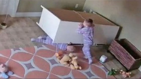 I dvouleté děti mohou prokázat neuvěřitelnou šikovnost, pokud jde o záchranu vlastní rodiny