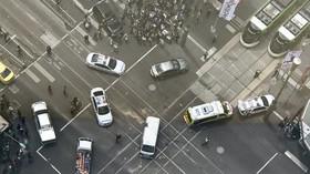 V Melbourne vjel řidič do davu lidí. Na místě jsou mrtví a zranění (20.1.2017).