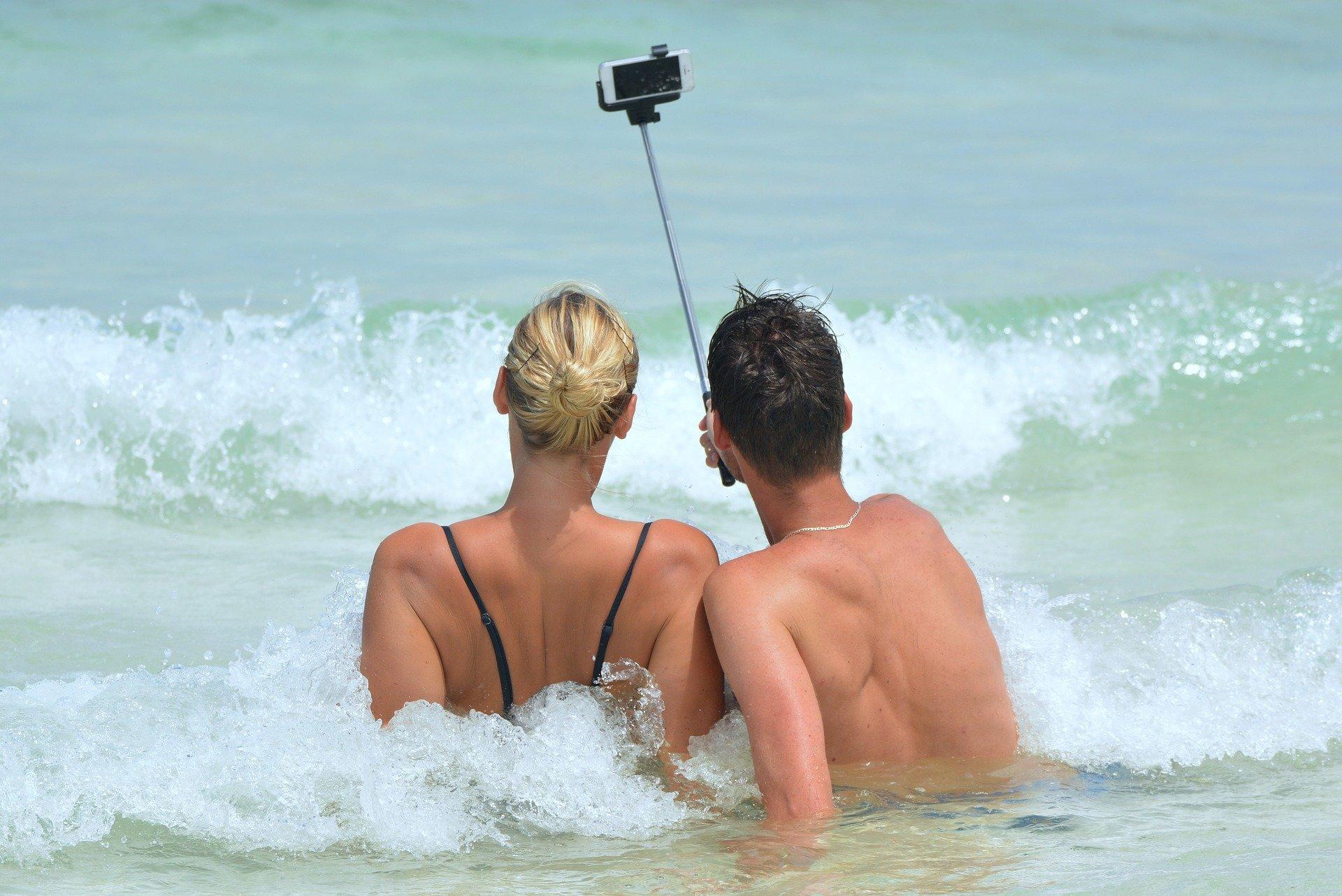 Lidé v moři pořizují selfie