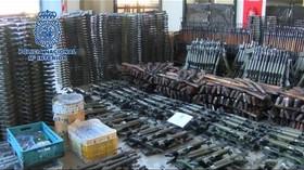 Tisíce zbraní zabavili ve Španělsku