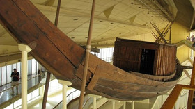 Sluneční bárka faraona Chufa (známého jako Chepose), která je vystavená v muzeu v Gíze.