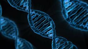 Vědec si zahrává s lidskou DNA.