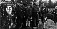 Nacisté v černých košilích v roce 1927. Zleva: Heinrich Himmler, Rudolf Hess, Gregor Strasser, Adolf Hitler, Franz von Salomon