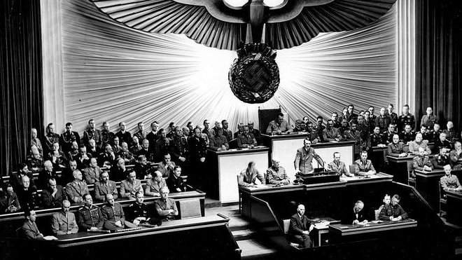 Hitler při projevu v říšském sněmu, kde napadá prezidenta Roosevelta, 11. prosince 1941.