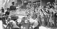 Obyvatelé Bonnu nadšeně zdraví Hitlera, říjen 1938