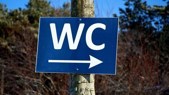 Na toaletu chodíme všichni. Kolik času tam ale strávíme?