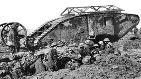 Britský tank Mark I na bitevním poli, foto: Ernest Brooks