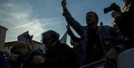 Tisíce lidí v Praze demonstrují proti Babišovi. Střelbu uctily minutou ticha - anotační obrázek