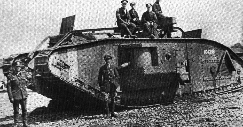 Britští vojáci na jednom z prvních tanků, které byly nasazeny v Bitvě na Sommě