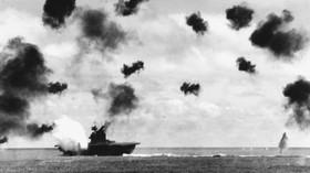 USS Yorktown zasažen leteckým torpédem