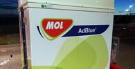 Močovina AUS 32 (AdBlue, registrovaná obchodní známka německého VDA) je v Evropě a zemích přejímajících evropské emisní limity používaný obchodní název kapalného aditiva, využívaného technologií selektivní katalytické redukce, která se užívá při úpravě výfukových plynů vznětových motorů na úroveň emisních limitů Euro IV a vyšších. Jedná se o chemicky vysoce čistý vodný roztok syntetické močoviny.
