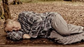 Proč staří lidé chodí brzo spát a brzo vstávají? Odpověď musíme hledat v dávné minulosti - anotační foto