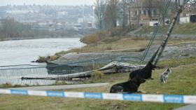 Pád betonové lávky u Trojského zámku v Praze si vyžádal čtyři zraněné