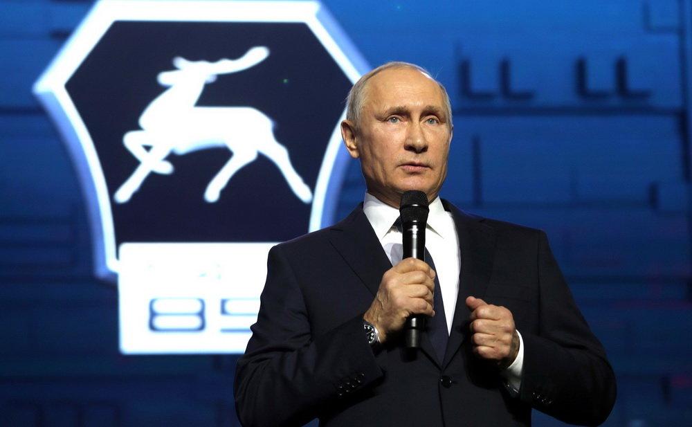 Vladimír Putin v automobilce GAZ