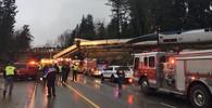 V Americe se zřítil na dálnici z mostu vlak plný lidí - anotační obrázek