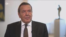 Bývalý německý kancléř Schröder se na veřejnosti ukázal se novou partnerkou, bulvár šílí - anotační foto