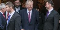 Na Zemana v Hradci čekali odpůrci. Stydím se za prezidenta, hlásali na transparentech - anotační obrázek