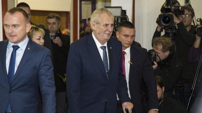 Prezidenta Miloše Zemana napadla u voleb polonahá aktivistka