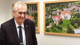 Záleží Zemanovi na českých občanech, nebo se jim je vysmívá?
