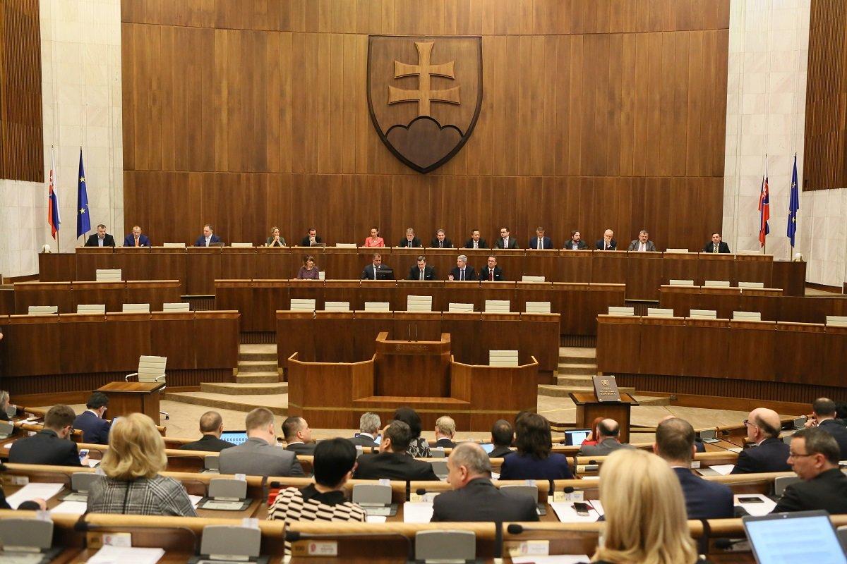 Slovenská vládní koalice čelí novým sporům, jednání sněmovny bylo odloženo - anotační foto