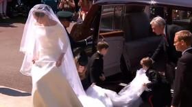 Meghan Markleová vystupuje z auta