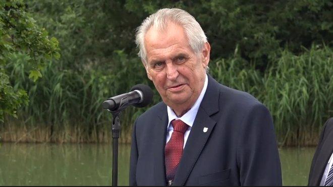 Miloš Zeman pálí červené trenýrky