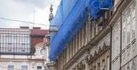 Poškozená budova v centru Prahy se dál bortí, na hasiče spadly trosky - anotační obrázek