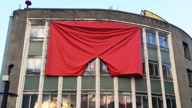 V Londýně visí velké rudé trenky