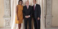 President Barack Obama and First Lady Michelle Obama pose for a photo during a reception at the Metropolitan Museum in New York with Vaclav Klaus, President of the Czech Republic (23.9.2009).