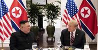Kim Čong-un a Donald Trump po slavnostním jídle ve Vietnamu