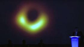 Historicky první fotografie černé díry