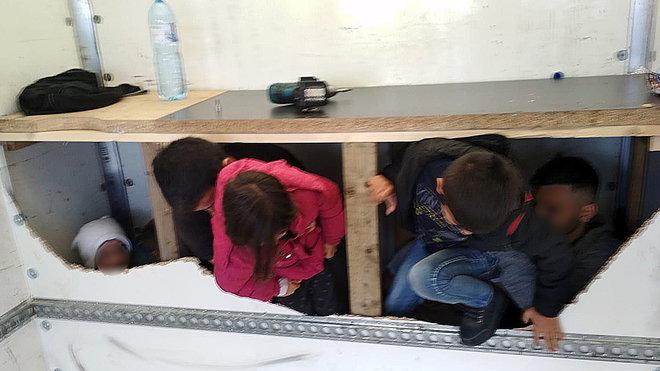 Policie našla v dodávce na D1 na Vysočině běžence včetně dětí