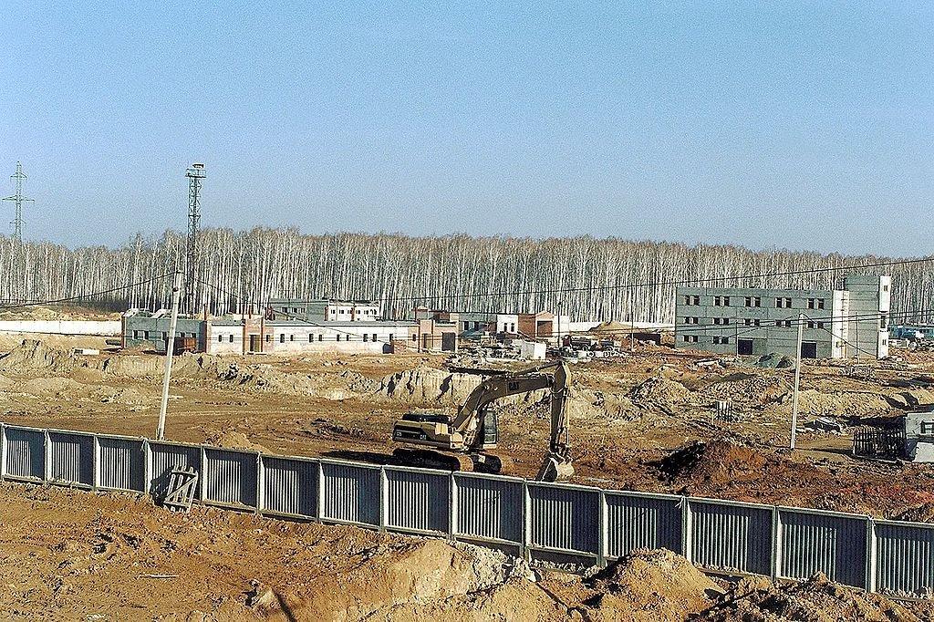 Fabrika Majak je dodnes v provozu. Na ohromnou katastrofu se tu lidé snaží nemyslet. Připomíná jí jen nedaleký památník a radioaktivní zóna, do které je vstup zakázán.