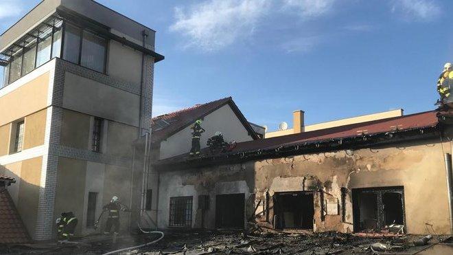 požár obchodního centra v Říčanech u Prahy (20.4.2019)