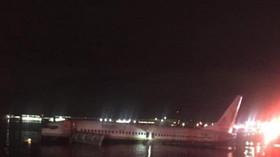 Boeing 737 sjel na Floridě z dráhy a skončil v řece