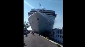 Obří výletní loď narazila v Benátkách do mola, pět zraněných