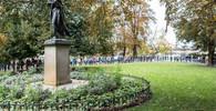 Lidé se přicházejí poklonit Karlu Gottovi na Žofín