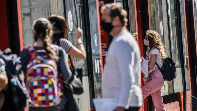 Lidé v rouškách, ilustrační foto