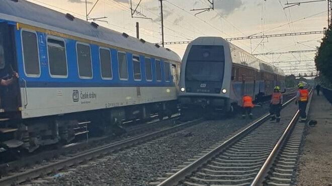 V Praze se srazil osobní vlak s rychlíkem