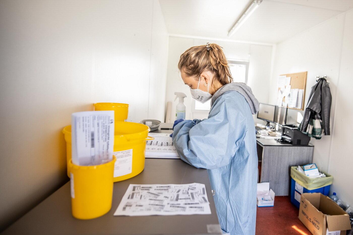 V úterý přibylo v Česku 1673 nakažených koronavirem - anotační foto
