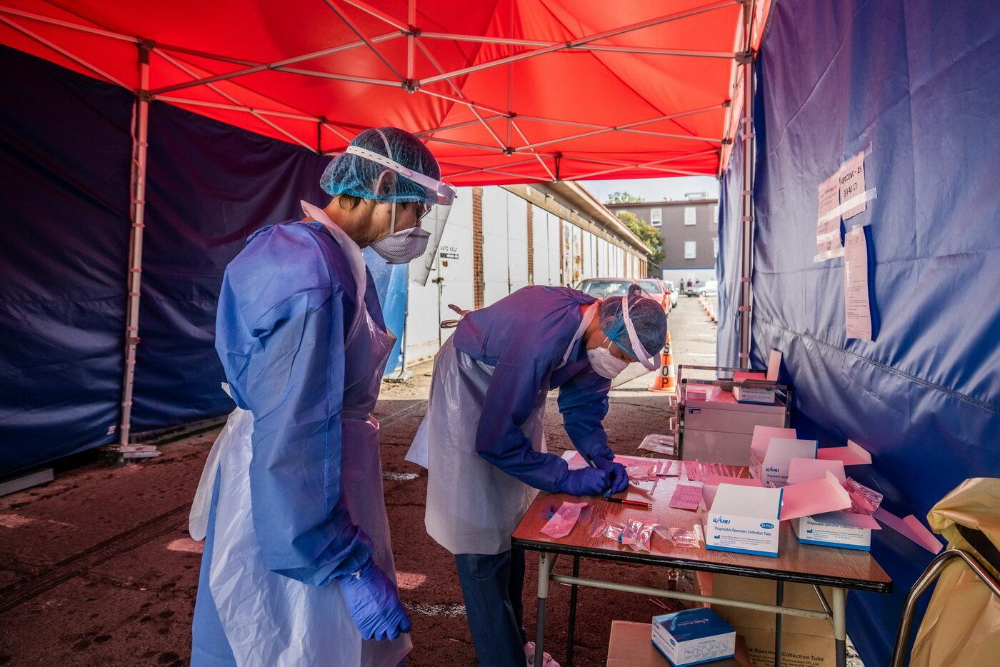 V úterý v ČR opět zpomalovalo šíření covidu a zrychlovalo očkování