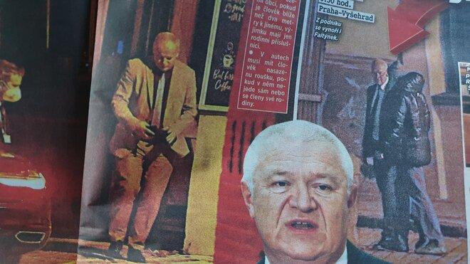 Snímek z tištěného deníku Blesk, který zachytil ministra Prymulu vycházejícího z restaurace