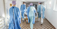 Lékaři a sestry pečují o pacienty s koronavirem