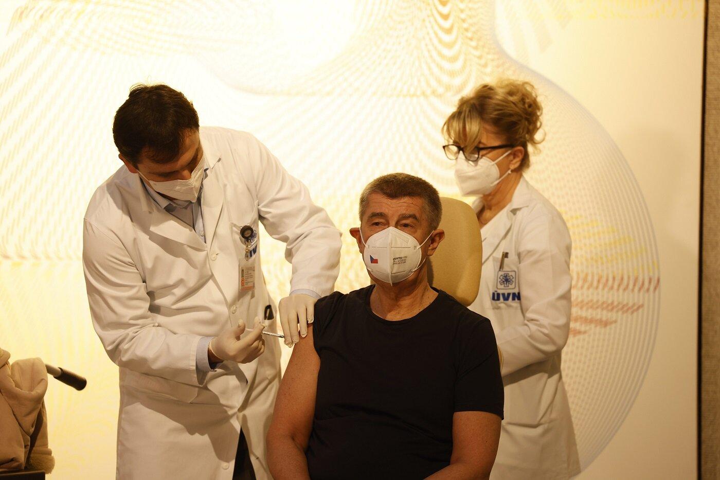Andrej Babiš jako první podstoupil očkování proti koronaviru.