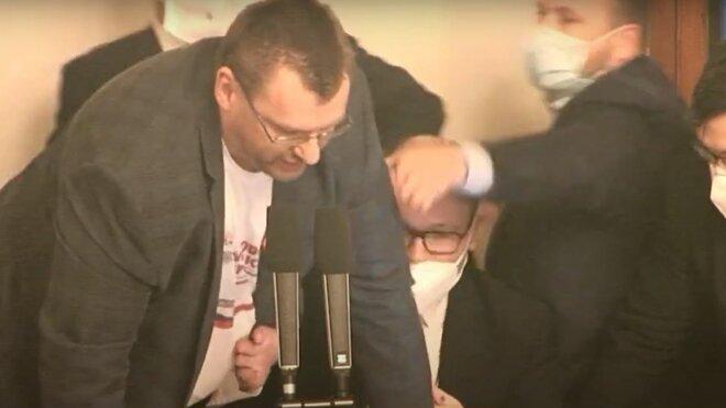 Lubomír Volný během potyčky v Poslanecké sněmovně.