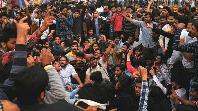 Indické ženy demonstrují proti brutálnímu znásilnění a nízkým trestům pro viníky.